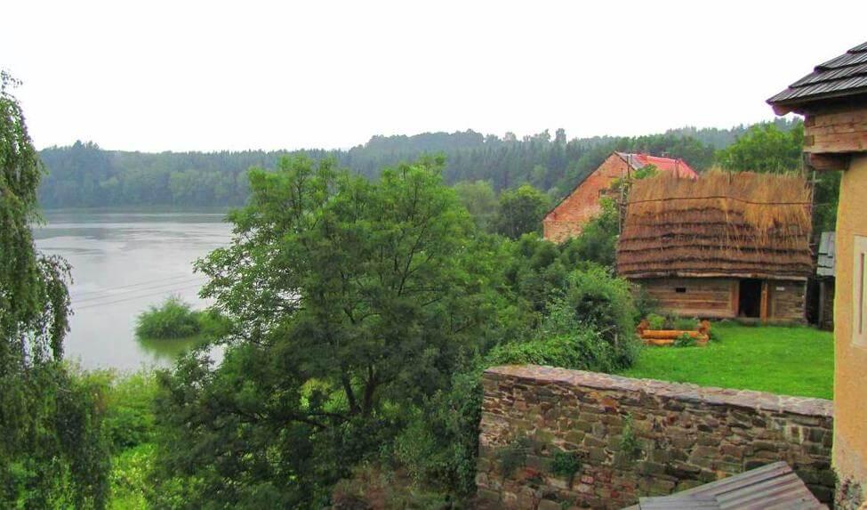 Вид с крепости на округу. Крепость Малешов.